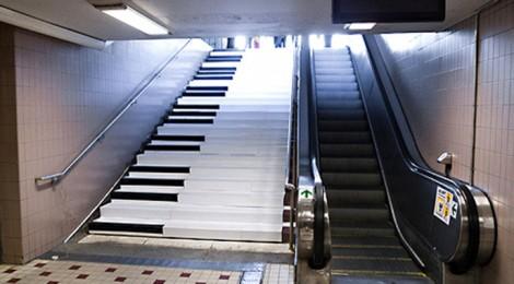 Un piano para atraer a los usuarios a la escalera convencional